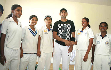Shoaib Malik greets local Hyderabadi woman cricketers