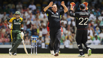 Michael Yardy celebrates with Kieswetter after dismissing Misbah-ul-Haq