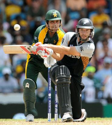 Daniel Vettori plays a sweep shot