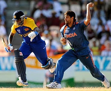 Ashish Nehra runs out Angelo Mathews