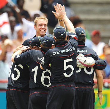 England's Stuart Broad (2nd from left) is congratulated by team-mates after dismissing Mahela Jayawardene