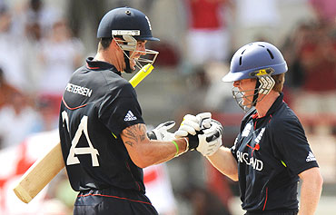 Kevin Pietersen (left) celebrates with Eoin Morgan after defeating Sri Lanka