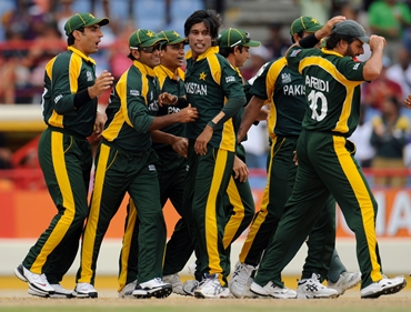 Mohammad Aamer and his team mates celebrate the dismissal of Watson