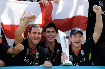 Paul Collingwood lifts the winners trophy
