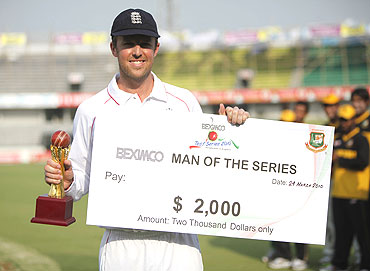 Graeme Swann with his man-of-the-series trophy in Bangladesh