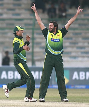 younis khan (left) and shahid afridi