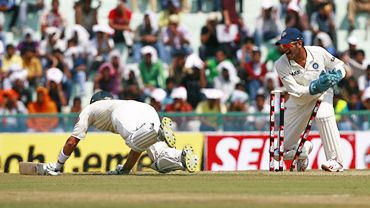Shane Watson dives for the crease as Mahendra Singh Dhoni makes an unsuccessful run-out attempt