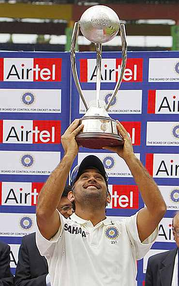 MS Dhoni lifts the Border-Gavaskar trophy