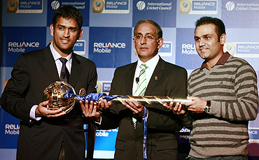 Mahendra Singh Dhoni (left), ICC chief executive Haroon Lorgat and Virender Sehwag with ICC test championship mace