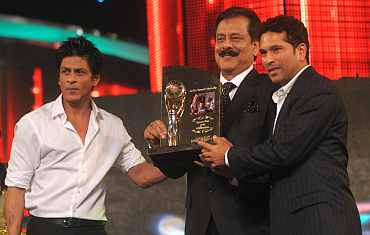 Sachin Tendulkar recieves the Sports Icon of the Millenium Award