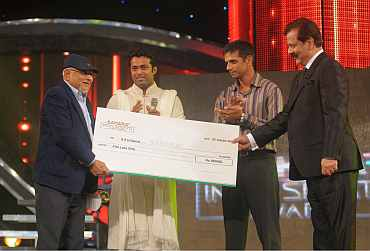 SHH Hamid recieves Rs 5 lakh cheque from Subrata Roy