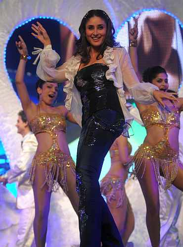 Kareena Kapoor performs at the award function