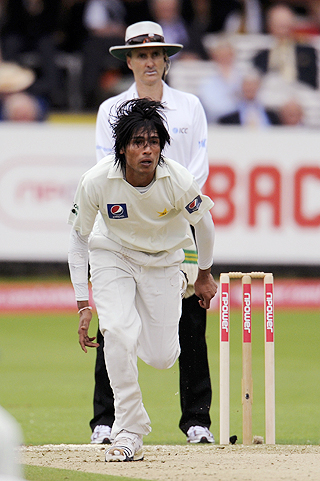 Pakistan's Muhammad Amir bowls as Billy Bowden looks on during the Lord's Test