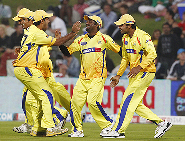 Muralitharan (centre) celebrates with teammates after taking a catch to dismiss Jayawardene