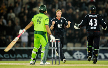 England's Paul Collingwood (C) celebrates with Steve Davies after dismissing Pakistan's Umar Akmal