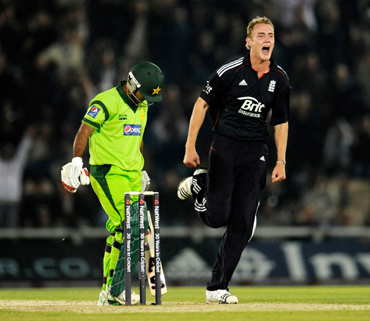 England's Stuart Broad (R) celebrates after dismissing Pakistan's Asad Shafiq