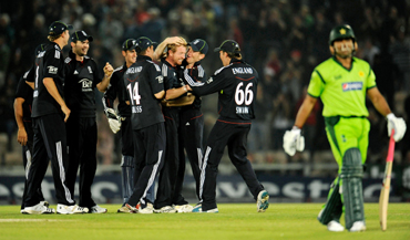England's Paul Collingwood (4th R) is congratulated after dismissing Pakistan's Umar Akmal