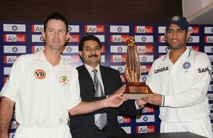 Ponting and Dhoni with the Airtel trophy