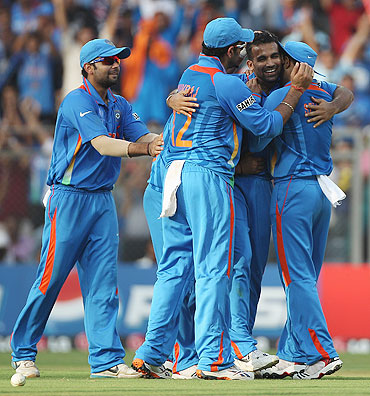 Zaheer Khan (2nd from right) is congratulated by teamamtes after capturing the wicket of Kapugadera