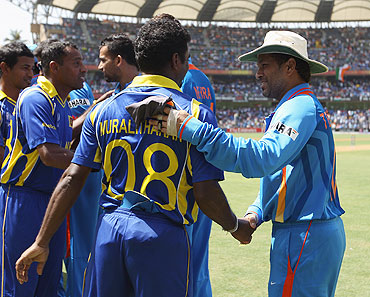 Sachin Tendulkar (right) greets Muttiah Muralitharan before the World Cup final