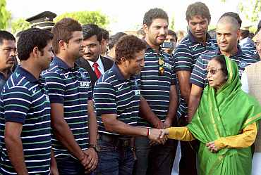 Indian President Pratibha Patil meets victorious Indian team at Raj Bhavan in Mumbai