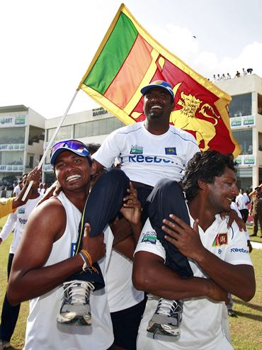 Murali being chaird by teammates after his record haul