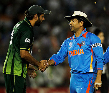 Shahid Afridi greets Sachin Tendulkar