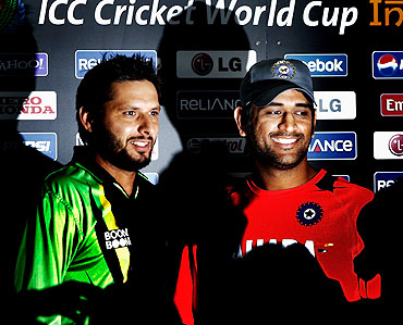 Shahid Afridi (left) and Mahendra Singh Dhoni