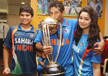 Sachin Tendulkar (centre) alongside his son Arjun (left) and daughter Sara (right) with the World Cup Trophy