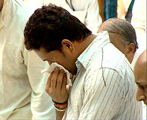 Sachin Tendulkar pays his last respects to Sathya Sai Baba in Puttaparthi