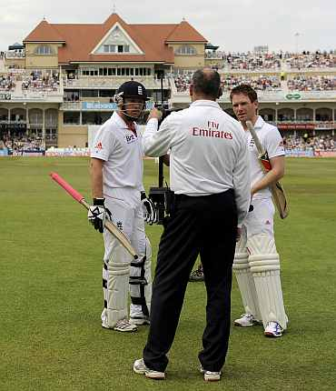 Ian Bell and Eoin Morgan talk to the fourth umpire