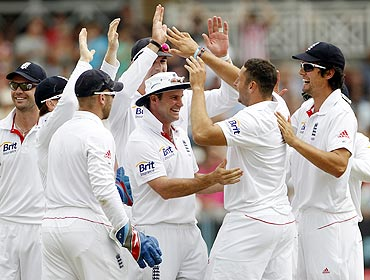 England's Tim Bresnan (2nd from right) celebrates taking the wicket of India's Abhinav Mukund