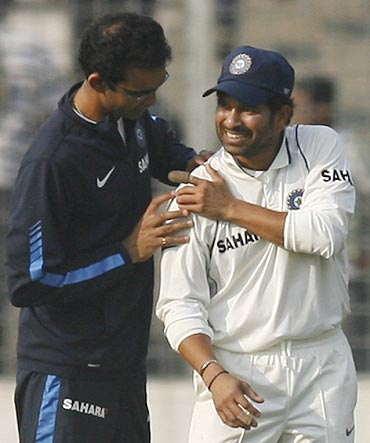 India's former physiotherapist Nitin Patel (left) examines Sachin Tendulkar's injury