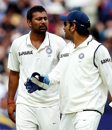 Praveen Kumar (left) chats to Mahendra Singh Dhoni