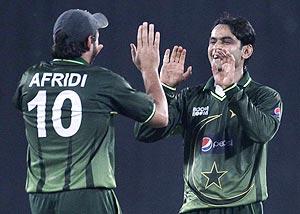 Pakistan's Shahid Afridi (left) congratulates Mohammad Hafeez