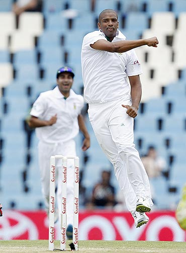 South Africa'S Vernon Philander celebrates the dismissal of Sri Lanka's Kumar Sangakkara