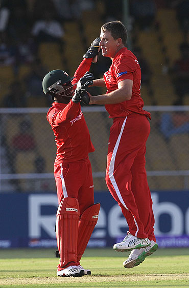 Zimbabwe's Ray Price (right) celebrates with teammate Tatenda Taibu after dismissing David Hussey