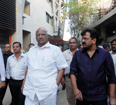 Sharad Pawar inspects the facilities at Wankhede stadium