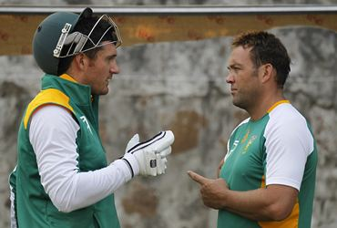 Graeme Smith (L) chats with Kallis during Tuesday's practics