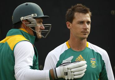Dale Steyn (R) prepares to bowl in the nets