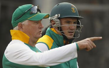 South Africa captain Graeme Smith (R) talks to his team's batting consultant Duncan Fletcher