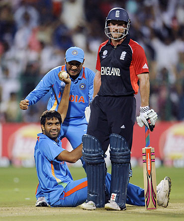 Munaf Patel (left) celebrates after catching England's Kevin Pietersen off his own bowling