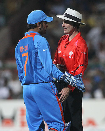 MS Dhoni speaks with Umpire Billy Bowden (right)
