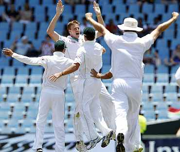Morne Morkel celebrates with team-mates after picking up a wicket