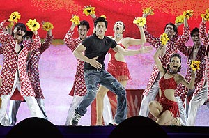 shah rukh khan performs in durban