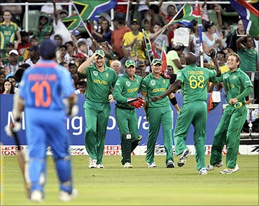 South Africa's Graeme Smith (2nd L), AB De Villiers (3rd L), Dale Steyn (4th L) , Lonwabo Tsotsobe and David Miller (R) celebrate the wicket of India's Sachin Tendulkar (L) in Durban