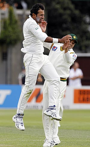 Pakistan's Wahab Riaz (left) celebrates after dismissing New Zealand's Ross Taylor on Saturday