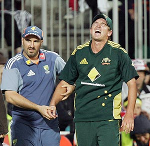 nathan hauritz (right) leaves the field after getting injured during the 2nd ODI on Friday