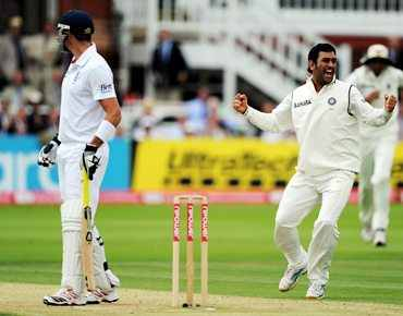 Dhoni appeals unsuccessfully for the wicket of Pietersen