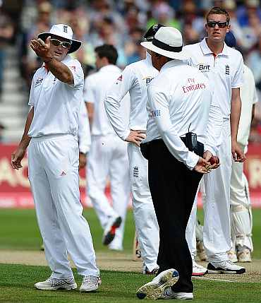 Andrew Strauss argues with umpire after VVS Laxman was given not out